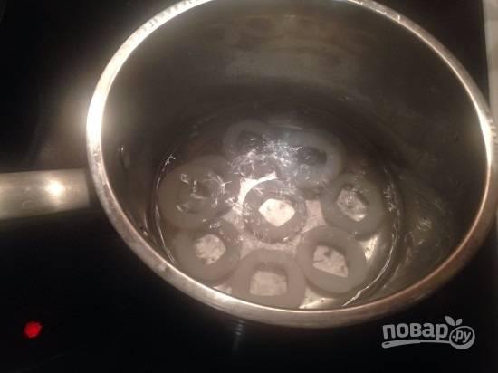 Опускаем кальмаров (очищенных и порезанных кольцами) в кипящую подсоленную воду и варим  2-3 минуты.