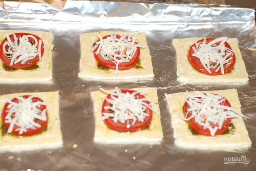 3. Приправьте солью и перцем по вкусу. Посыпьте сверху натертым сыром.