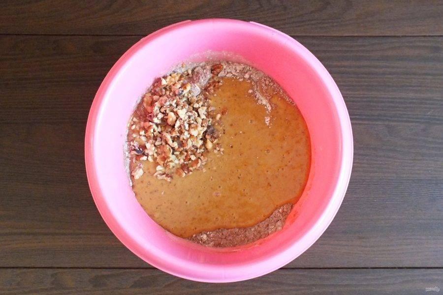 В чашу с сухими ингредиентами добавьте финиковую массу и дробленые орехи.