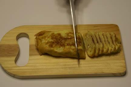 Готовый омлет порежьте на порции.