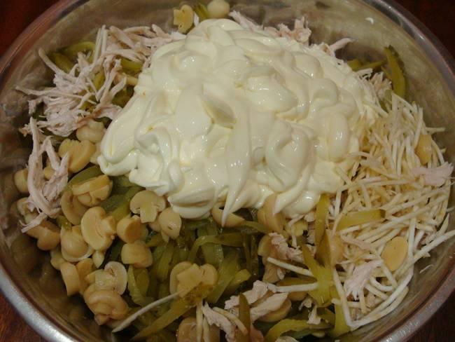 Все ингредиенты смешать в одной миске. Добавить майонез.