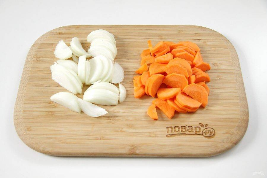 Лук нарежьте перьями. Морковь нарежьте кружочками, затем каждый кружок пополам.