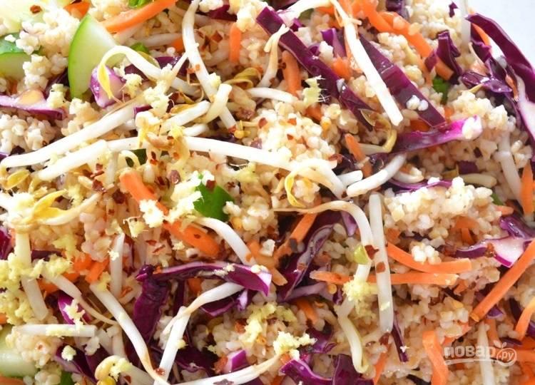 3.Заправьте салат кунжутным маслом, винным уксусом, добавьте хлопья чили, соль и тертый имбирь, перемешайте хорошенько.