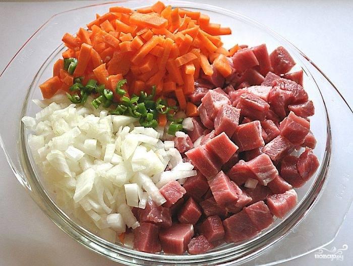 Подготовим все необходимые продукты. мясо помоем и нарежем небольшими кусочками. Лук, перец  и морковь очищаем. Нарезаем кусочками.