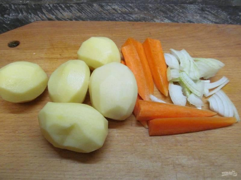 Подготовьте для супа овощи. Картофель маленького или среднего размера оставьте целой. Морковь нарежьте крупно. Лук порежьте тонкими полукольцами.