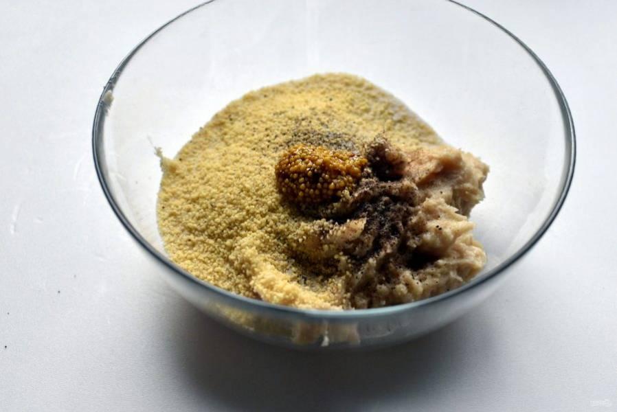 Выложите фарш в миску, добавьте кускус и одну чайную ложку зерновой горчицы. Также посолите и поперчите фарш по вкусу. Вымешайте как следует.