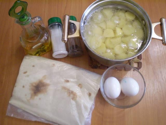 Подготовим продукты. Картофель я уже очистила и залила кипятком, чтобы быстрее сварился, посолила.