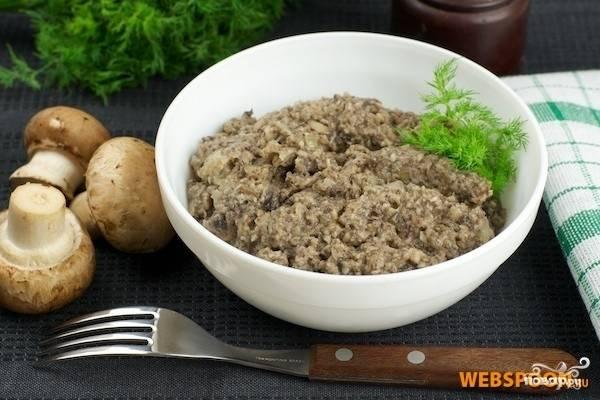 5.Готовую икру из соленых груздей выкладываем в салатницу. Можете украсить блюдо зеленью. Приятного аппетита!