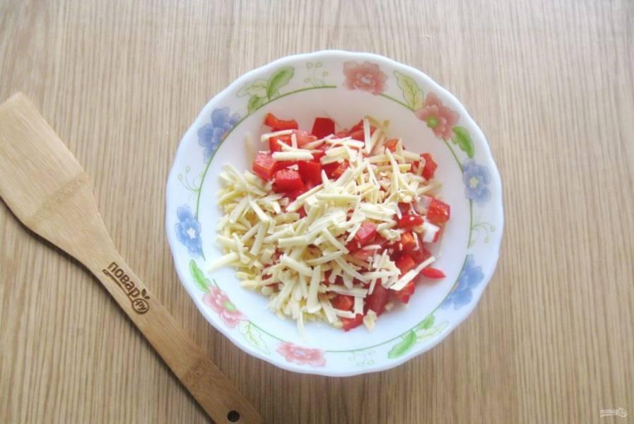 Любой твердый сыр натрите на терке, выложите в салат.