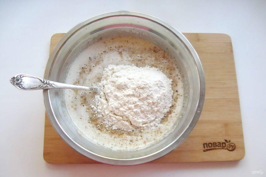 И в конце всыпьте пшеничную муку. Тщательно перемешайте тесто.