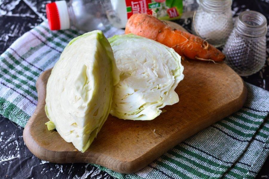 Подготовьте ингредиенты для приготовления капусты с морковью на зиму.