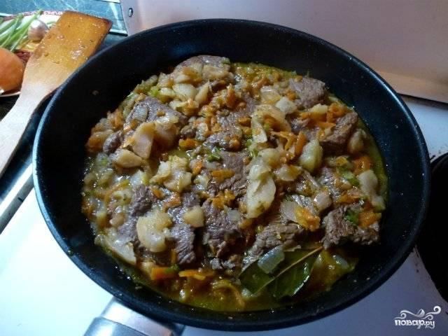 Теперь наливаем воду так, чтобы она прикрывала мясо, добавляем лавровый лист и измельченную зелень, солим и перчим по вкусу. Накрываем сковородку крышкой и тушим мясо на медленном огне в течение 15 минут. Когда мясо будет готово, подаем его к столу с любым гарниром. Приятного аппетита!