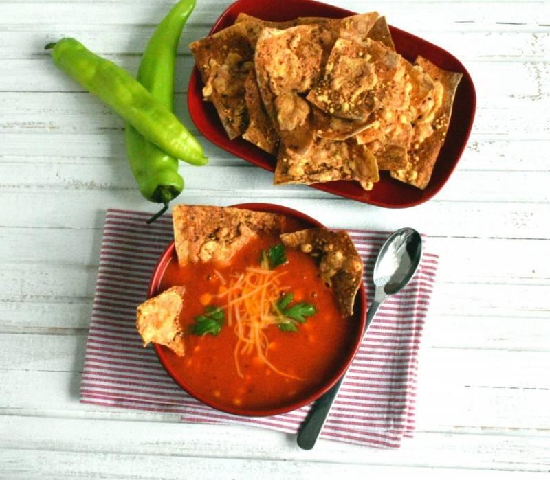 Подавайте суп горячим, с хрустящими чипсами и свежей зеленью. Приятного аппетита!