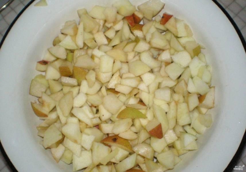 1. Для того чтобы приготовить шарлотку, возьмите груши и яблоки (твердые и крепкие), чтобы кусочки после выпечки не превратились в кашу. Груши можно не чистить, так как после запекания они могут становиться слишком мягкими, а шкурка поможет держать им форму. Яблоки очищайте, так как их кожа в любом случае будет оставаться жесткой. Нарежьте все ингредиенты на небольшие кусочки, чтобы они имели привлекательный вид.