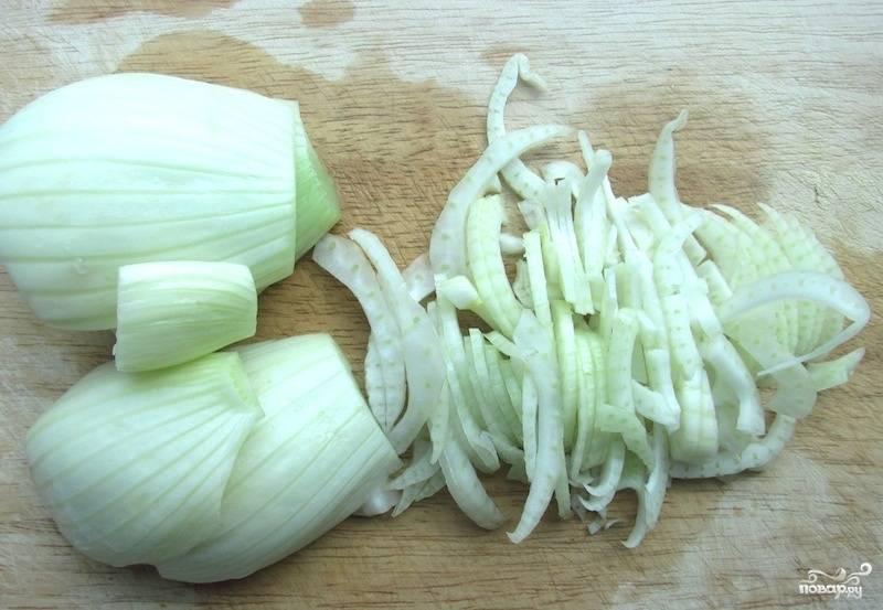 Обрежьте все хвостики у луковицы фенхеля. И мелко нарубите его.