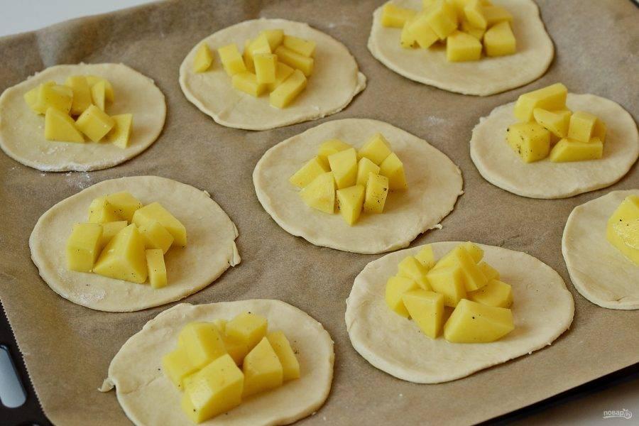 Раскатайте тесто, вырежьте кружочки диаметром 10-12 см. В центр выложите начинку из картофеля.