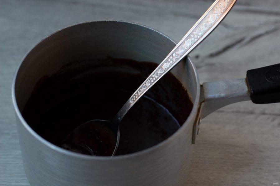 Приготовьте глазурь. В небольшом ковшике или кастрюльке смешайте сливки, сахар и какао. Поставьте на медленный огонь и помешивая нагревайте до растворения сахара. В последнюю очередь добавьте сливочное масло и размешайте до однородного состояния.
