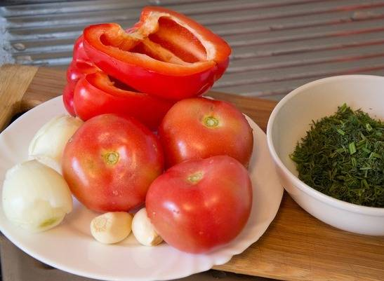 Перец и помидоры бланшируйте, у помидор удалите шкурку.