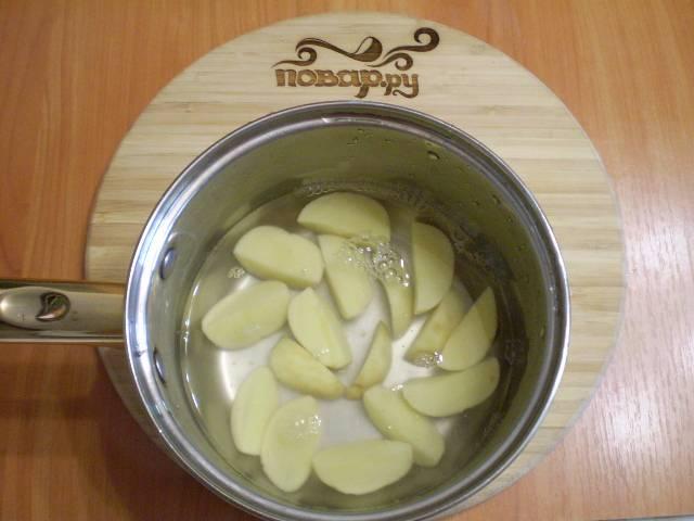3. Заливаем картофель кипятком и варим 15 минут до готовности.