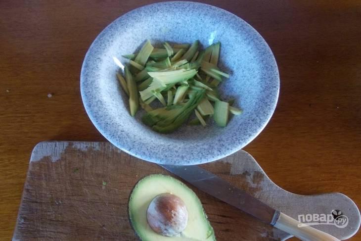 Очищаем авокадо. Удаляем косточку, нарезаем мякоть соломкой.