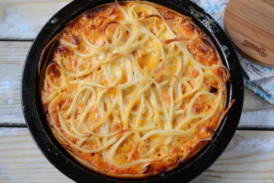 Запекайте пирог в духовке при температуре 200 градусов 30-40 минут.