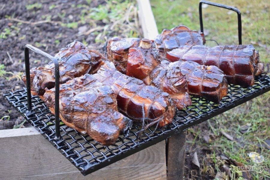 Готовую копченую свинину остудите и подавайте к столу.