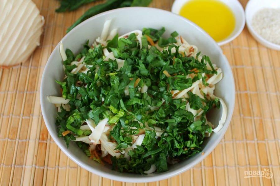 Насыпаем в салат порезанный шпинат.