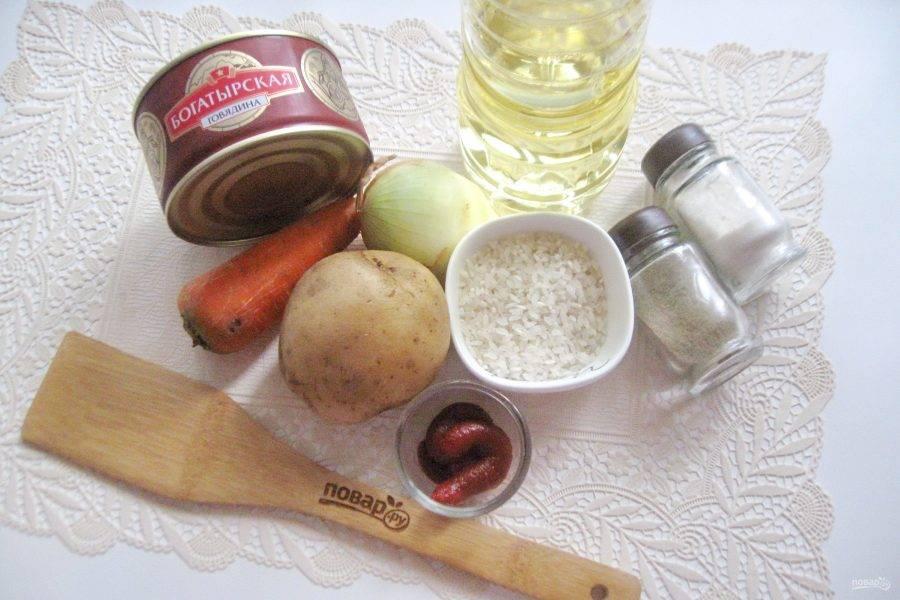 Возьмите ингредиенты для приготовления рисового супа с тушенкой.