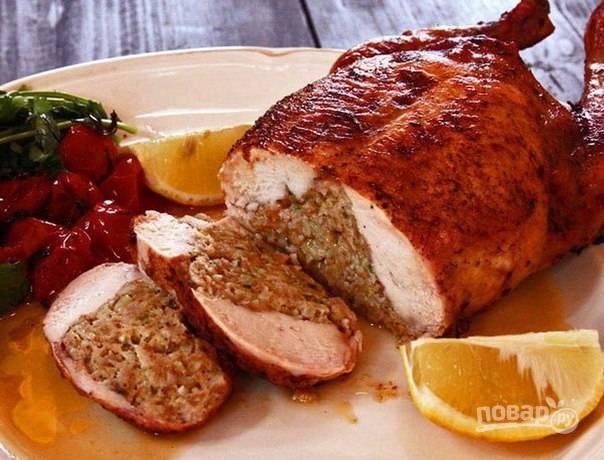 Запекайте блюдо при 180 градусах в духовке в течение 1,5-2 часов. Поливайте курицу образовавшимся жиром во время готовки. Удачного Нового года!