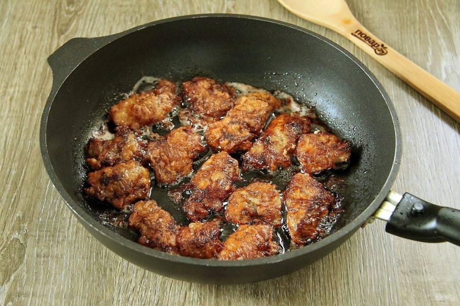 После чего аккуратно переложите на сковороду и обжарьте на среднем огне с двух сторон до румяного цвета.