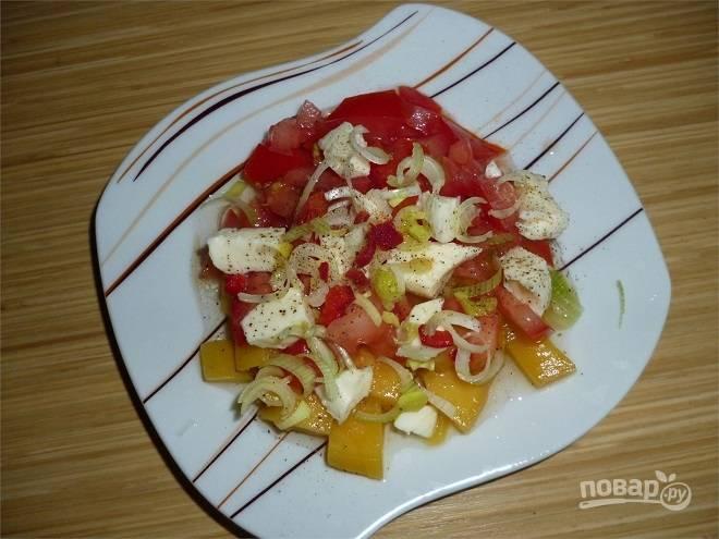 Салат из манго, томатов и моцареллы