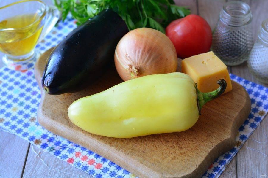 Подготовьте ингредиенты для приготовления баклажанов с перцем в духовке.