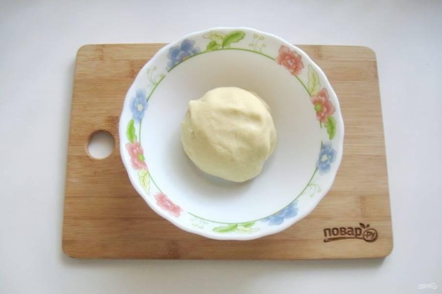 Замесите мягкое, эластичное тесто и отправьте его на 30 минут в холод.