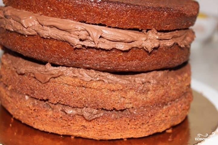 16. Разрежьте каждый корж вдоль и смажьте сливочно-шоколадным кремом.