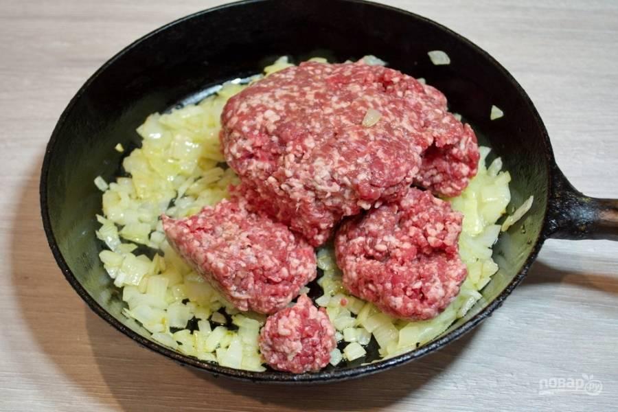 Когда лук обжарится, добавьте к нему фарш. Хорошо перемешайте. Добавьте стакан воды и тушите мясо, помешивая, добавив соли и перца по вкусу. Начинку доведите до готовности. Жидкость должна выпариться.