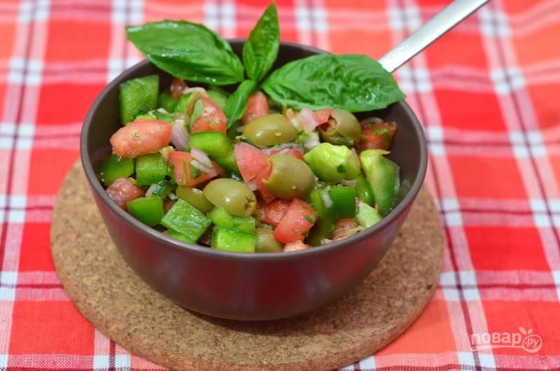 8.Маслины разрезаю на 2 части и добавляю их в салат перед подачей на стол, поливаю сверху соком одного лайма.