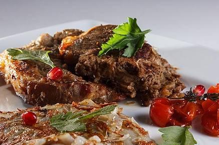 Баранину выкладываем на тарелочки с помидорами, украшаем и подаем к столу. Приятного аппетита!