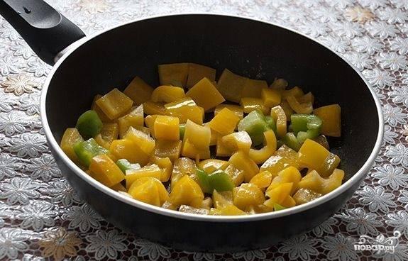Приготовим к нашим куриным кусочкам соус. Для этого разогреваем сковородку с небольшим количеством масла. Перец порежем крупными кусками — и на сковородку, помешиваем и жарим минуты 2-3.