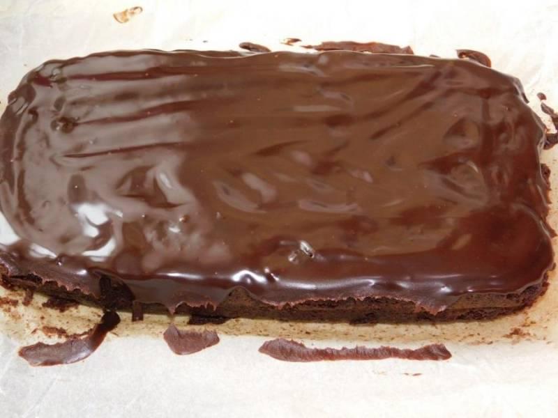 Готовый, теплый пирог полейте шоколадной глазурью.