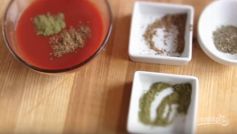 4. Для приготовления соуса смешайте столовую ложку томатной пасты со стаканом воды. Добавьте кориандр, базилик, хмели-сунели, щепотку соли и сахар.