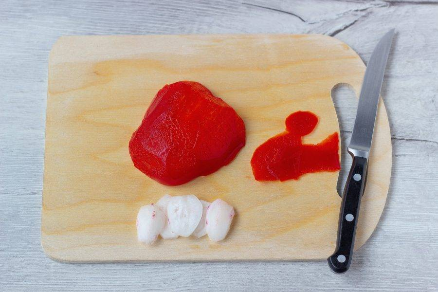 Редис очистите и нарежьте кольцами. С перца острым ножом снимите грубую кожицу.