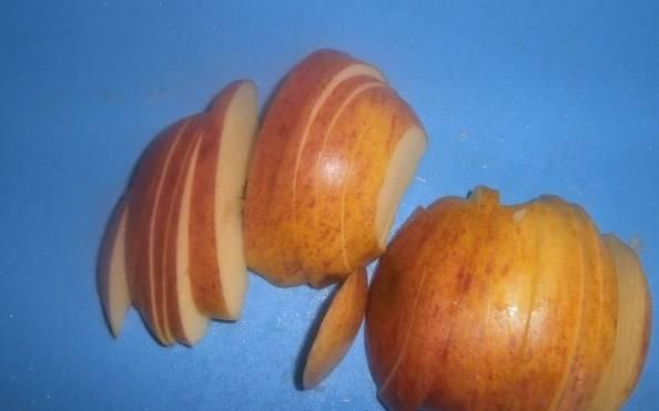 Яблоки лучше очистить от кожуры, нарезать тонко полукольцами (семечки тоже вырезаем).