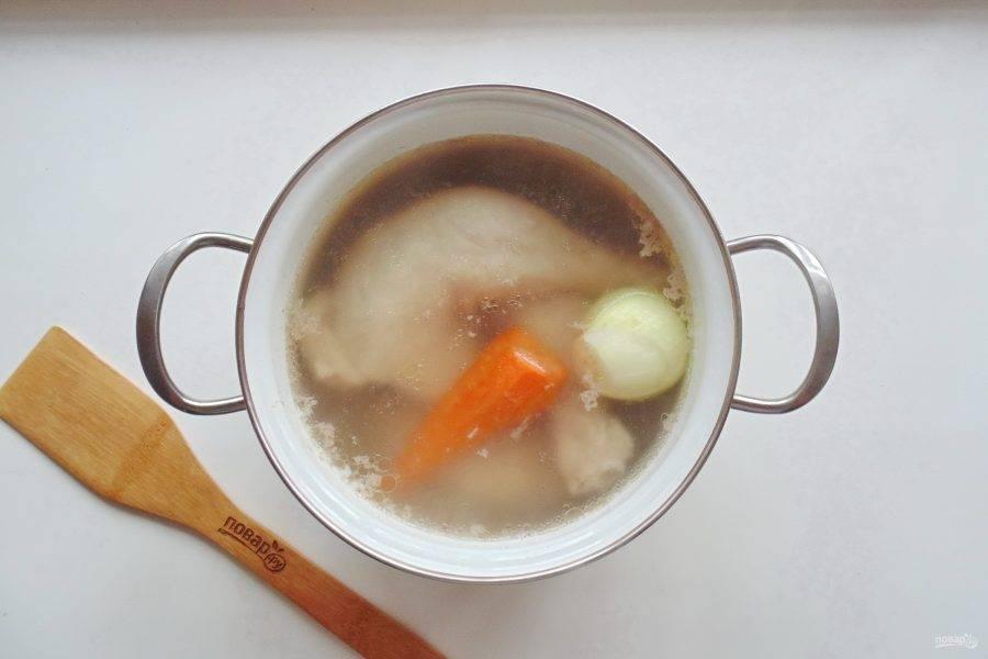 Кастрюлю накройте крышкой. Доведите до кипения, снимите пену. Добавьте очищенный лук с морковью.