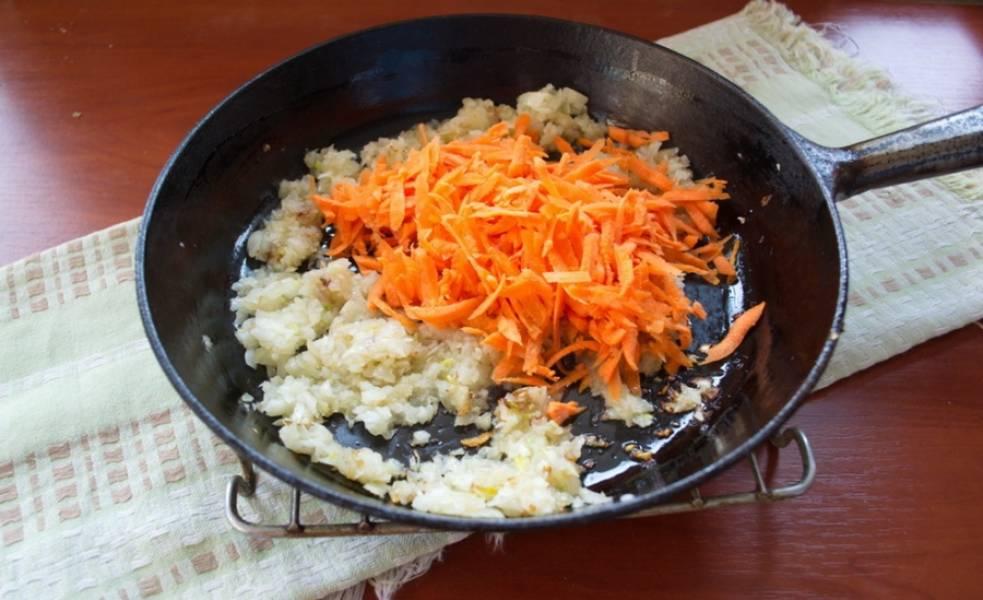 На сковороде с растительным маслом обжарьте лук до румяности. Потом добавьте морковь. Обжарьте все вместе.