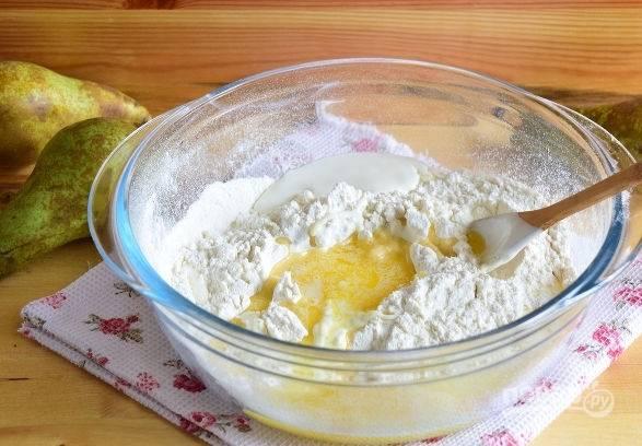 2. Для приготовления теста соедините в глубокой мисочке просеянную с разрыхлителем муку, щепотку соли, сметану и растопленное сливочное масло.