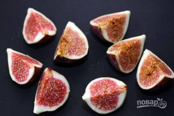 2.У инжира срезаю плодоножку, хорошенько мою плод и разрезаю каждый на 4-8 частей (у меня на 4 части).