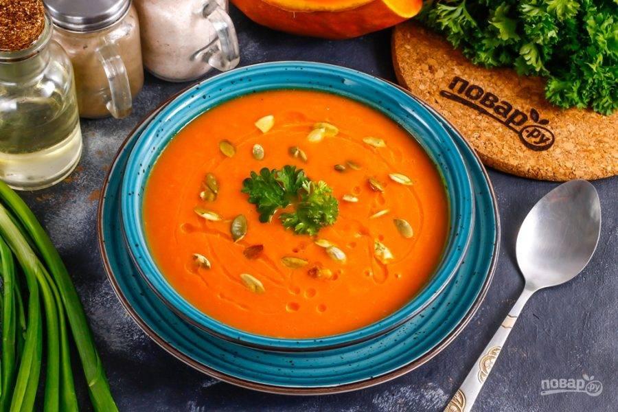 Разлейте горячий тыквенный суп в глубокие тарелки и сбрызните растительным маслом, присыпьте очищенными тыквенными семечками. Без жира витамин А, которым так богата тыква, не усвоится организмом.