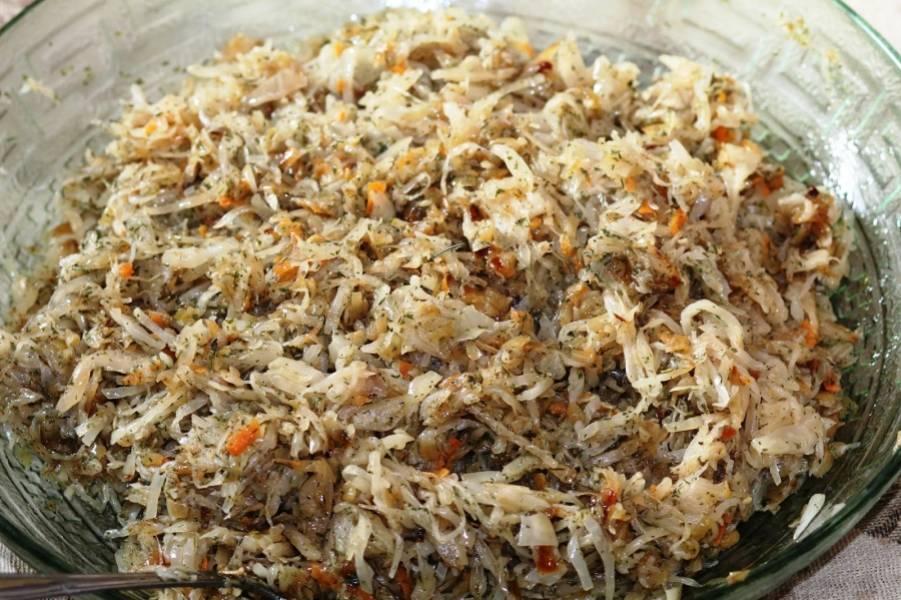 Перекладываем обжаренный лук к капусте, добавляем укроп, петрушку, молотый перец и соль, перемешиваем все.