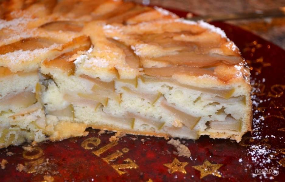 8. В разрезе пирог выглядит красиво. На вкус он тоже невероятно нежный. Чем больше яблок, тем вкуснее.