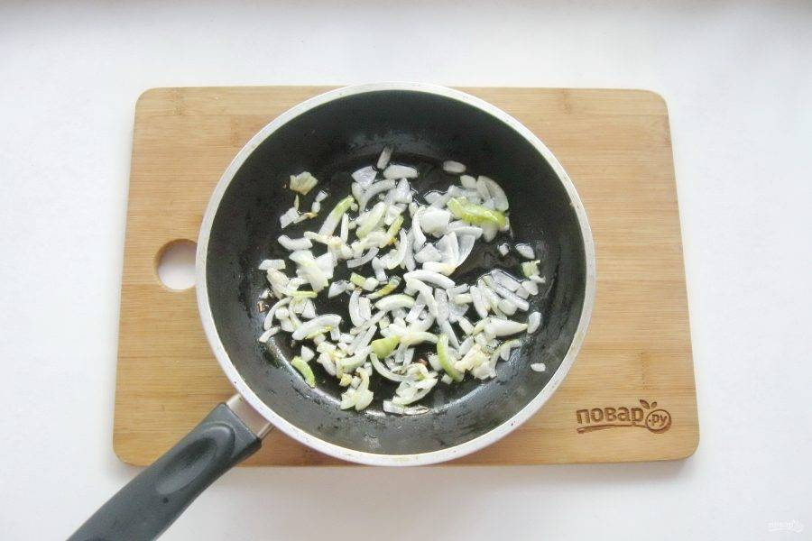 Налейте подсолнечное масло и пассеруйте до прозрачности лука.